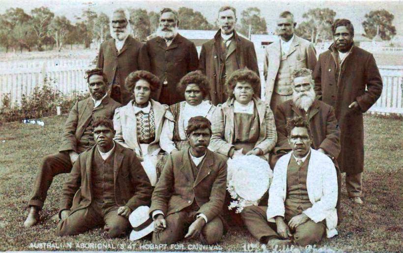 bekleidete aborigines